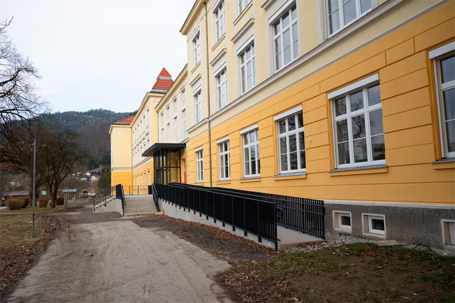 Volksschule-Eingang-Rampe-MzAgentur-Baumann-900