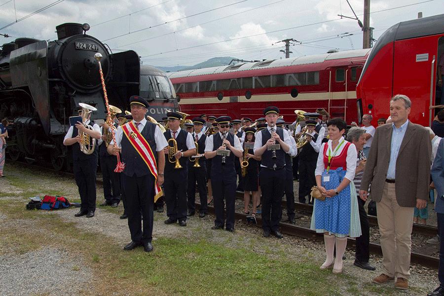 Die Blasmusikkapelle eröffnet das Nostalgiefest