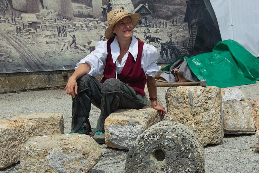 Frau sitzt auf den Steinen